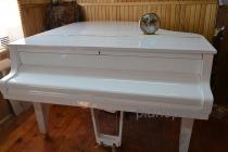 Белый рояль Petroff